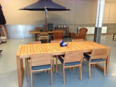 City Dining Table with 6 chairs and cushions (showroommodel)